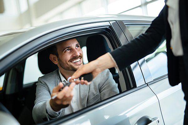 职业女性销售人员与客户在汽车经销商-芝加哥, 伊利诺斯保险中心公司
