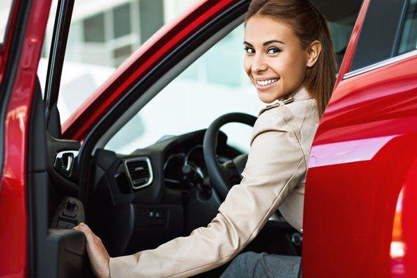 坐在新车里的女人-芝加哥伊利诺斯州保险中心公司