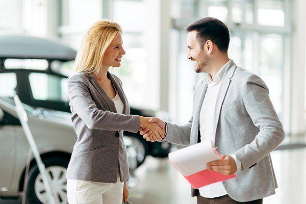 顾客在经销商购买汽车-芝加哥,伊利诺伊州保险中心公司