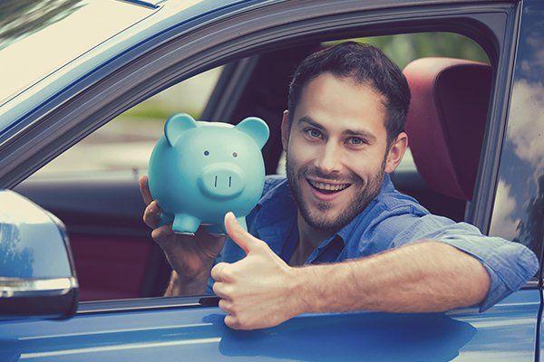 快乐的男人坐在他的新车里拿着储蓄罐-芝加哥, 伊利诺斯保险中心公司