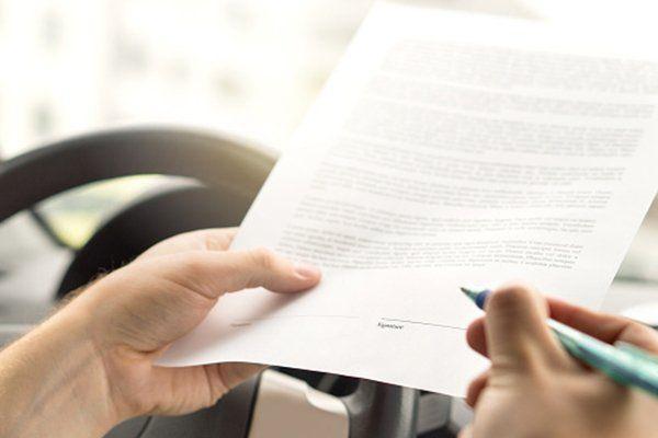 男子签署机动车辆保险协议-芝加哥,伊利诺伊州保险中心公司