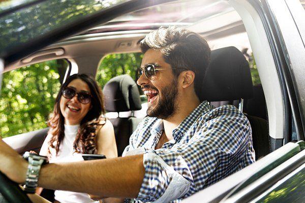 年轻夫妇开车-芝加哥,伊利诺斯州保险中心公司