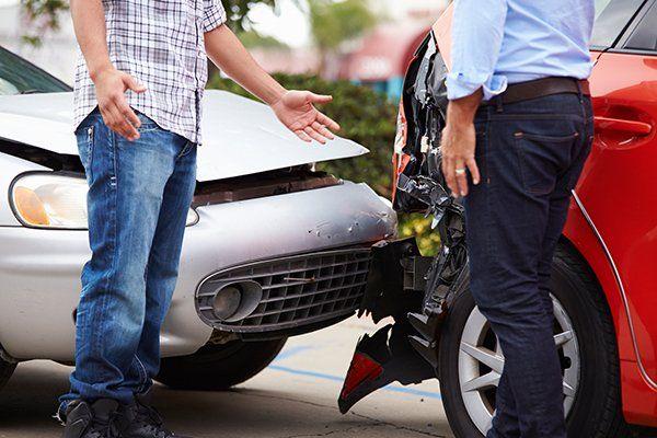 两个司机在交通事故后争论-芝加哥,伊利诺斯州保险中心公司