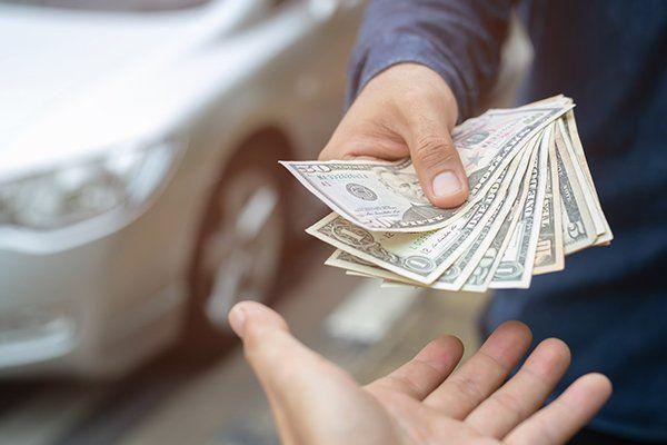男人买新车-芝加哥,伊利诺斯州保险中心公司