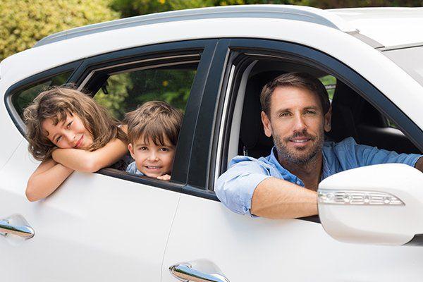 车里的男人和孩子-芝加哥,伊利诺斯州保险中心