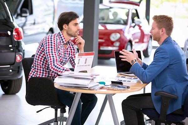 汽车代理与客户交谈-芝加哥,伊利诺斯州保险中心公司