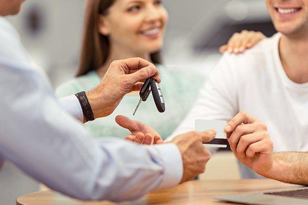 年轻夫妇微笑着买车-芝加哥伊利诺斯州保险中心公司