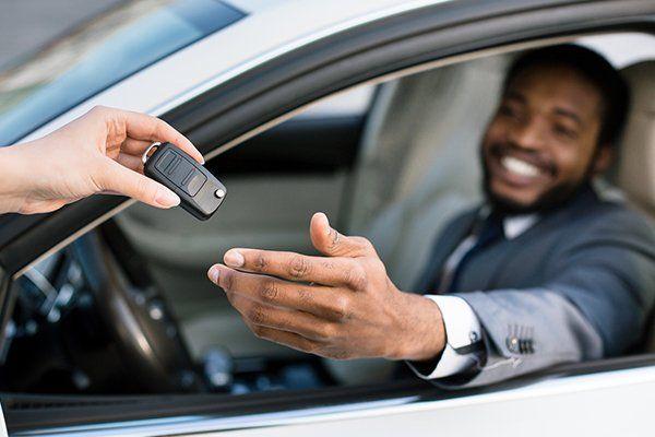 专业销售人员给新车主钥匙-芝加哥,伊利诺伊州保险中心公司