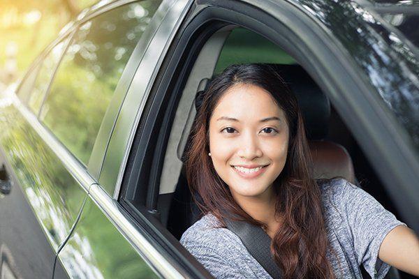 开车时微笑的美女-芝加哥伊利诺斯州保险中心
