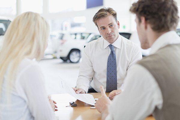 汽车推销员与客户在柜台-芝加哥,伊利诺斯州保险中心公司