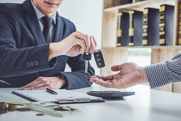 推销员送钥匙给客户-芝加哥,伊利诺伊州保险中心公司