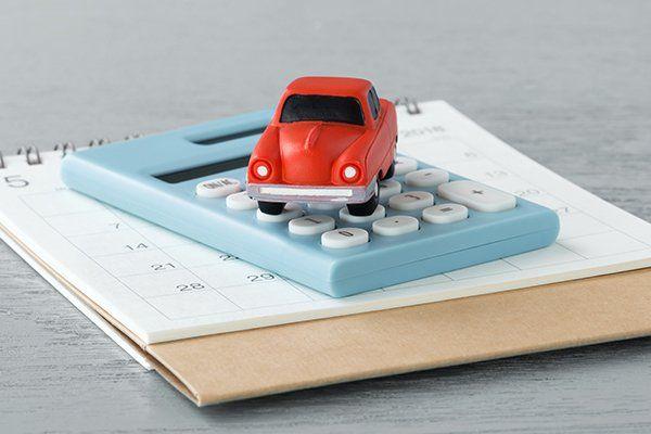 玩具汽车在计算器和日历-芝加哥,伊利诺斯州保险中心