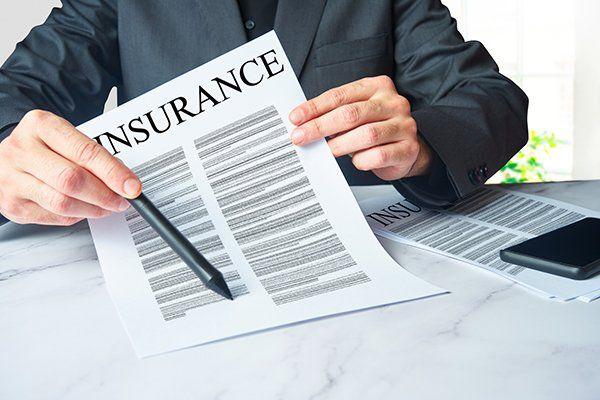 保险代理人正在签署合同-芝加哥,伊利诺斯州保险中心公司