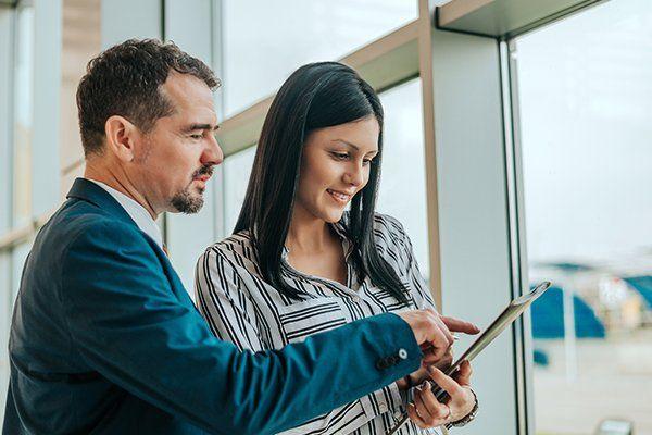 男人和女人谈论汽车经销合同-芝加哥,伊利诺斯州保险中心公司
