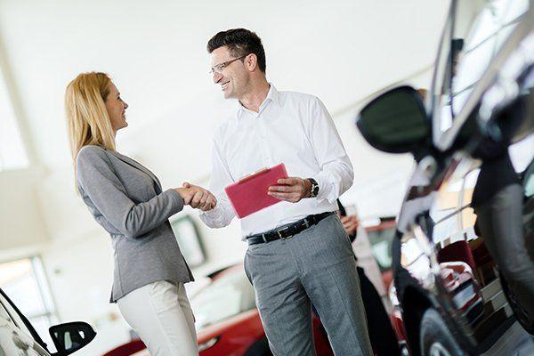 销售人员向潜在客户展示车辆-芝加哥,伊利诺伊州保险中心公司