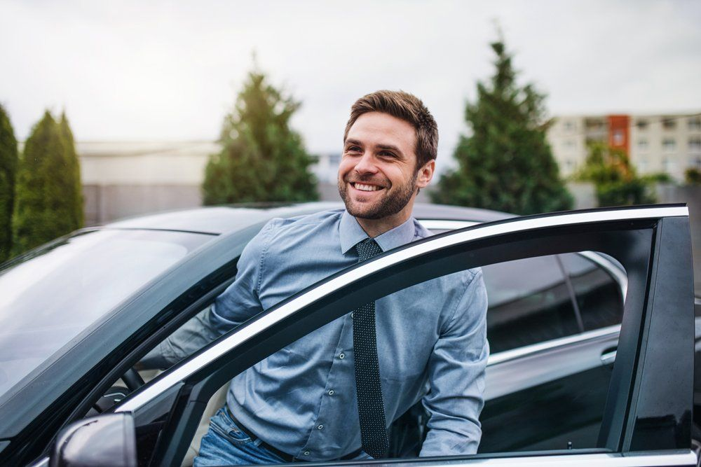 快乐的年轻人走出汽车-希尔山,伊利诺斯州保险中心公司