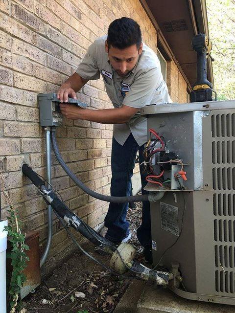技师修理空调- Richland Hills, TX - Brown服务公司