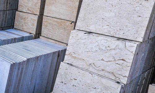 Lastre di marmo impilate da colori,bianco venature, blu chiaro venature, marrone chiaro
