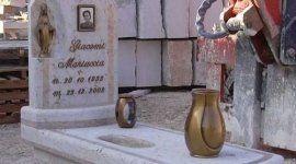 Tomba e lapida di marmo bianco, ritratto della persona morta, l'immagine di una piccola vergine, due vasi di diversa ampiezza