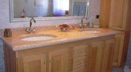 Mobile di sala da bagno di legno con due lavandini,la parte superiore del mobile é di marmo marrone chiaro