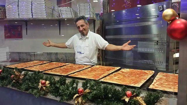 Uomo orgoglioso mostrando la base delle pizze alla che lo hanno posto solo pomodoro