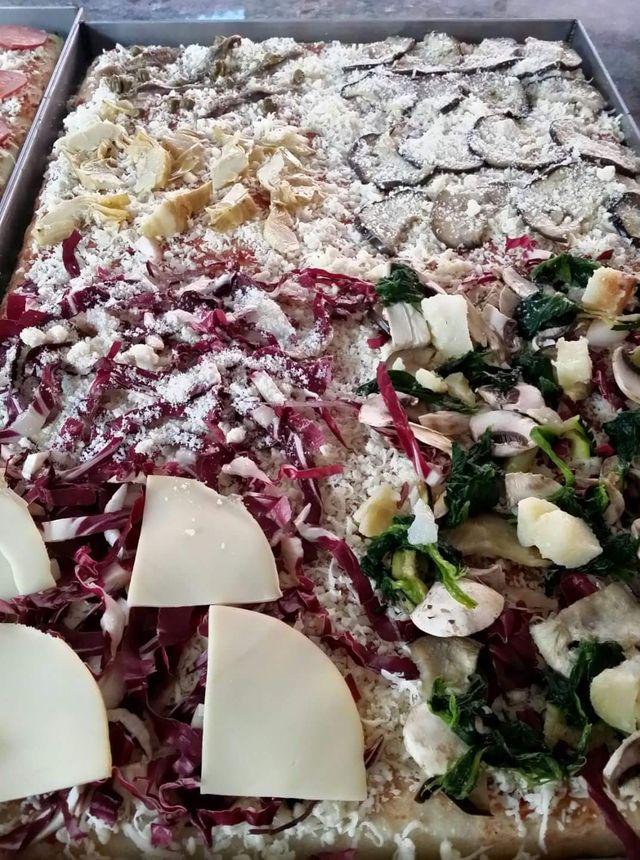 Pizza al taglio personalizzata con melanzane, spinacio,col e diversi formaggi