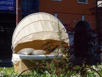 un divano da esterno con una tenda