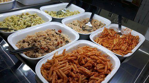 esposizione nel buffet di piatti pronti dentro a dei contenitori
