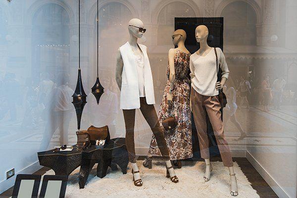 vetrina con abbigliamento donna