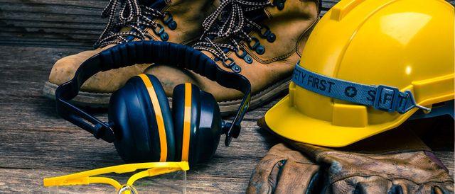 Scarpe e elmetto da lavoro