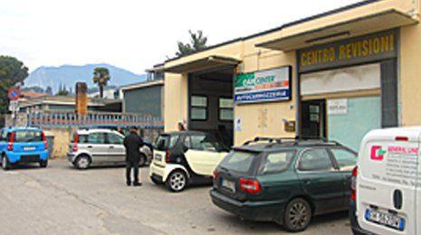 macchine parcheggiate a davanti di CENTRO REVISIONE