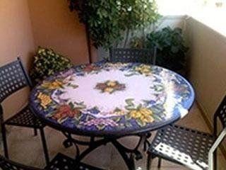 tavolini in pietra con sedie