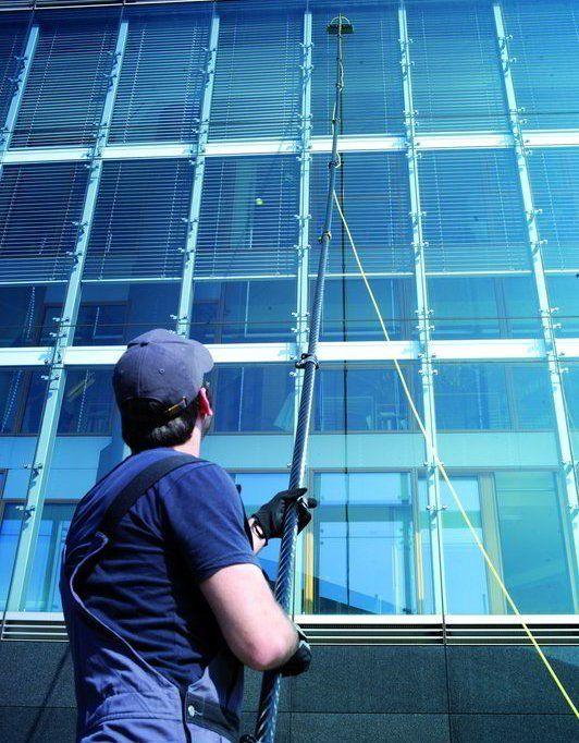 Gli esperti pulendo i vetri di un'edificio a Milano