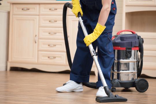 Un'esperto pulisce una casa a Milano