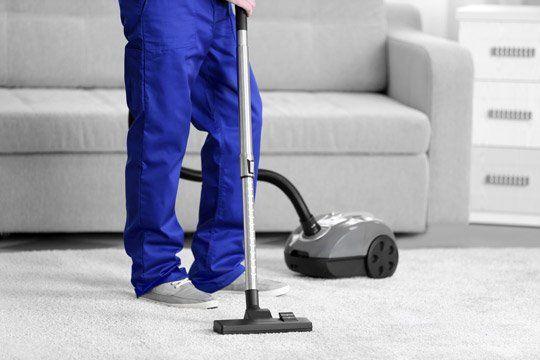 L'esperto pulendo il tappeto a Milano