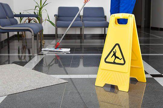 Pulizia del pavimento di un ufficio a Milano