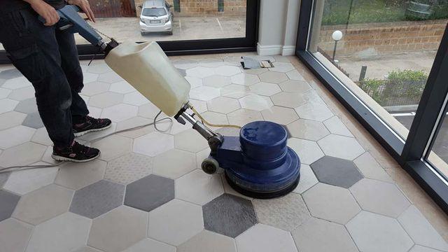 lavaggio e lucidatura dei pavimenti