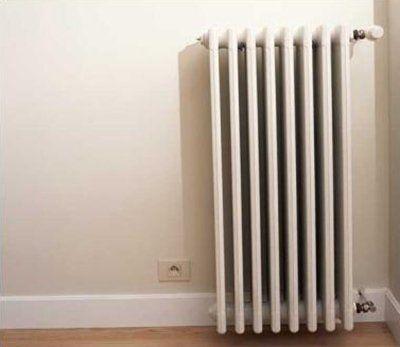 impianto di riscaldamento - termosifone e parete bianca