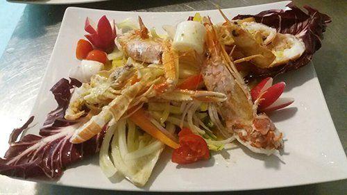 crostacei e verdure crude disposte su foglia di insalata