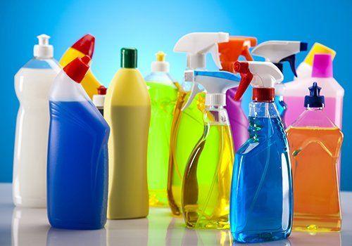 Vari prodotti di pulizia per diverse superfici