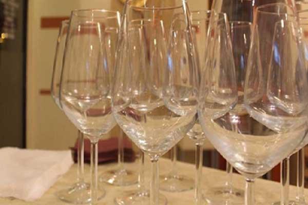 Bicchieri su un tavolo