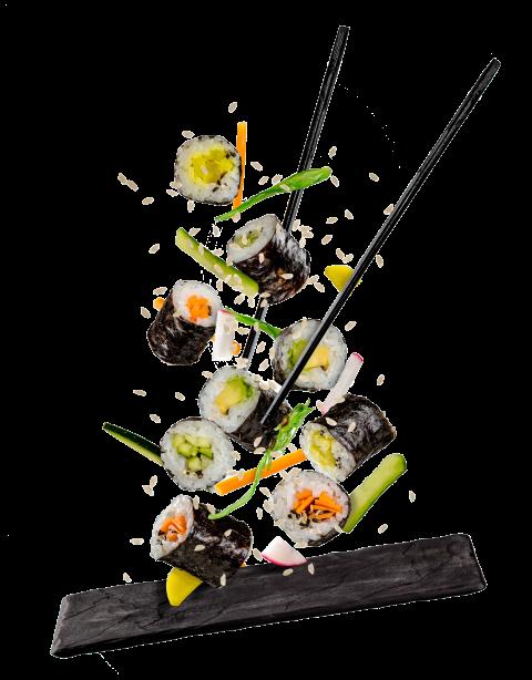 dei sushi che cadono sul piatto di pietra
