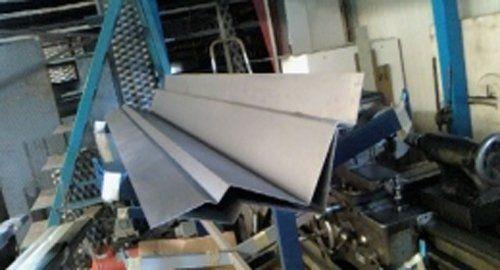 lavorazione del metallo all'interno della fabbrica