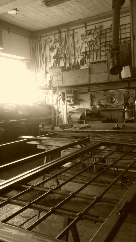 finestra con griglia in ferro
