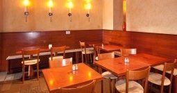 Tavoli e sedie all'interno di un ristorante