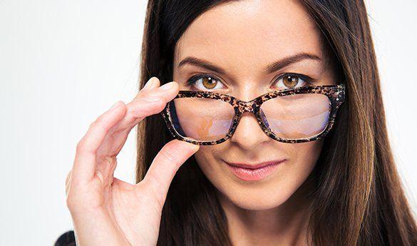 modella indossa un paio di occhiali da vista