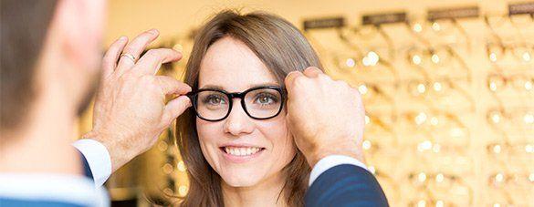 addetto sistema un paio di occhiali da vista a una cliente
