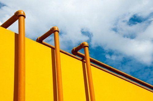 tubi ed edificio giallo