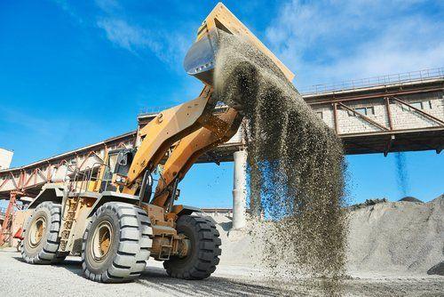 escavatore mentre lavora in un cantiere
