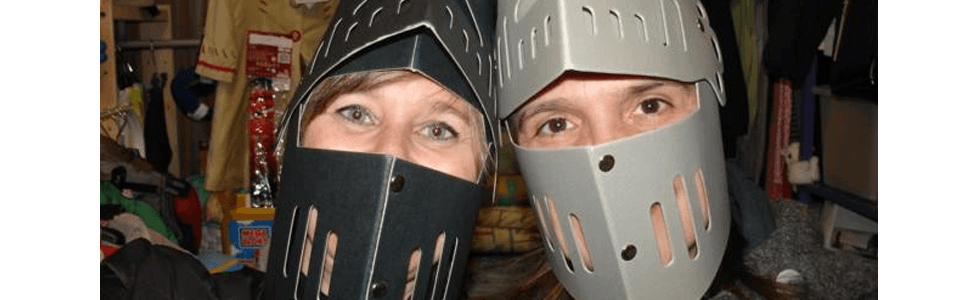 ragazze in maschera con un finto elmo medievale da cavaliere